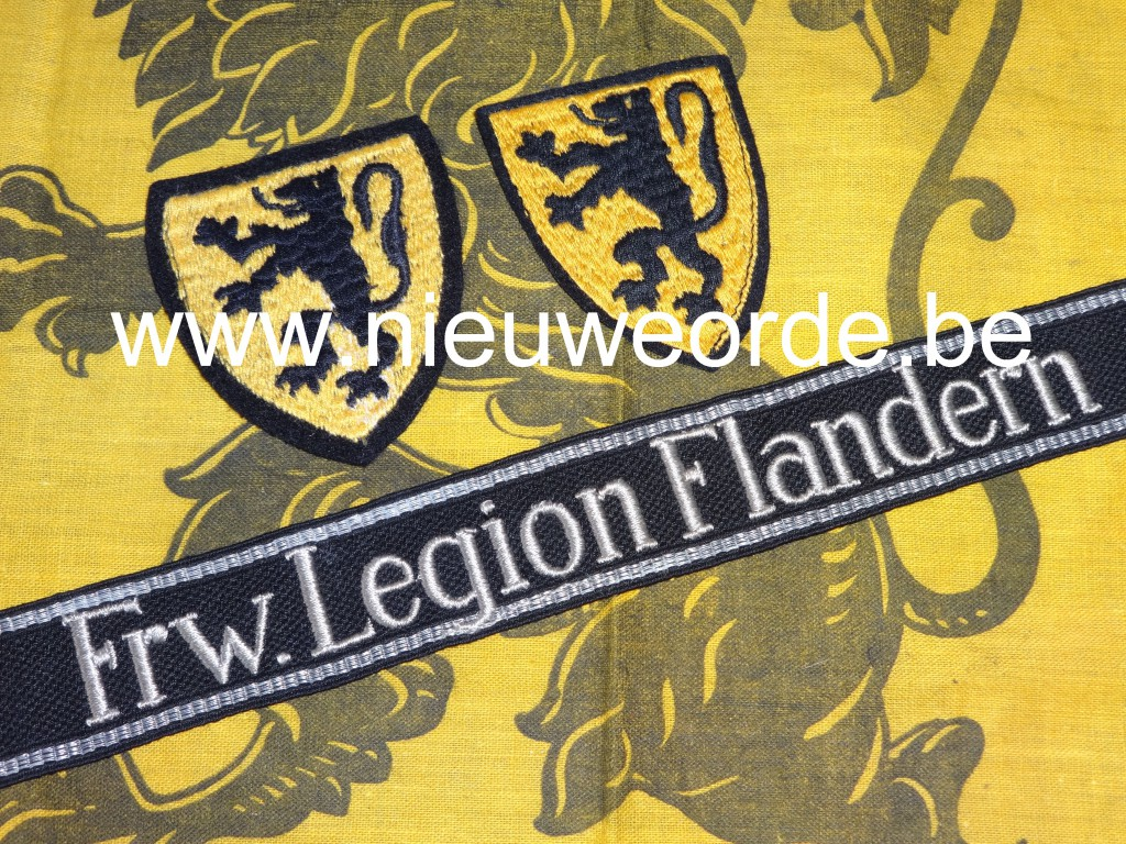 Mouwband van het 'Frw. Legion Flandern' in manschappen RZM uitvoering en twee bijhorende Duitse makelij leeuwenschildjes.
